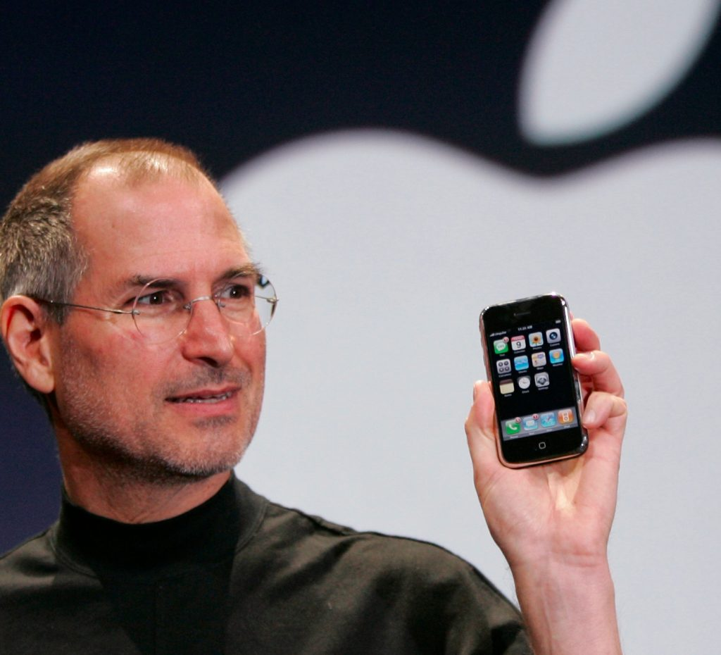 Steve-Jobs-iPhone-zdroj-Business-Insider-UK
